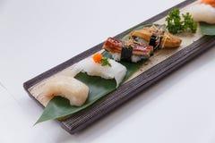 Sushiuppsättning: Grillade Foie Gras, grillad Unagi japansk sötvattens- ål, tioarmad bläckfisk och Hotate kammussla Royaltyfri Bild