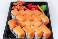 Sushiuppsättning, japansk mat, rullar på vit bakgrund arkivbilder