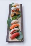 Sushiuppsättning: Maguro Hamachi, laxen, Tai, grillade Foie Gras, grillade Unagi, tioarmad bläckfisk och Hatate Royaltyfria Foton