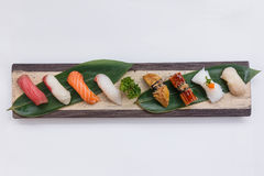 Sushiuppsättning: Maguro Hamachi, laxen, Tai, grillade Foie Gras, grillade Unagi, tioarmad bläckfisk och Hatate Royaltyfri Foto