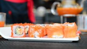 Sushiuppsättning med en skaldjur, japanskt kök stock video
