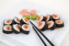 Sushiuppsättning på den vita plattan traditionell matjapan Fotografering för Bildbyråer