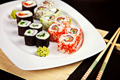 Sushizusammenstellung mit wasabi und Essstäbchen Lizenzfreies Stockbild