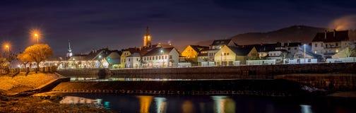 Susice市,捷克共和国河奥塔瓦河桥梁街市中心区域在晚上 库存照片