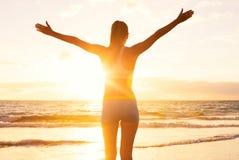 Susnet的愉快的成功的健身妇女 球尺寸三 免版税库存图片
