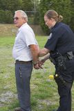 Suspect frappant de police images libres de droits
