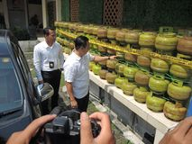 Central Java Police Unload Gas LPG Theft with Injection Mode. Suspects of LPG gas poppers are demonstrating how to fill the 3kg tube on page d of the Special Stock Photo