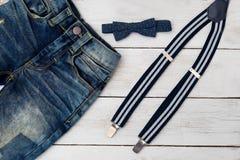 Suspenders i łęku krawat na drewnianym tle moda dzieci Obraz Stock