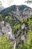 Suspendierungsfußgängerbrücke über der Schlucht nahe dem Neuschwanstein-Schloss im Bayern lizenzfreie stockbilder