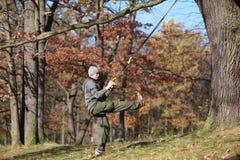 Suspendierungstraining im Freien im Wald Stockbilder