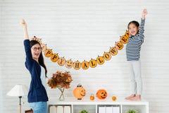 Suspensão bem sucedida da mamã e das crianças acima da decoração fotos de stock