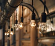Suspensão bonita nas lâmpadas de incandescência do fio fotografia de stock
