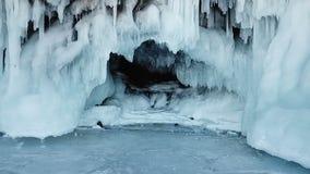 A suspensão Cardan da zorra dentro do fim afiado branco do gelo azul da caverna espirra da luz do sol longa brilhante das colunas video estoque