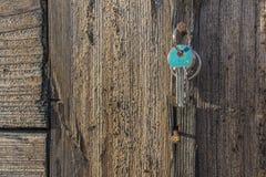 Suspensão chave no prego rústico velho Imagem de Stock Royalty Free