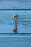 Suspensão chave velha na parede Fotografia de Stock Royalty Free