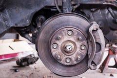 Suspensão da manutenção de carros do sedan foto de stock