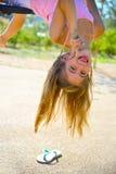 Suspensão da menina de cabeça para baixo Fotografia de Stock
