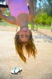 Suspensão da menina de cabeça para baixo Fotografia de Stock Royalty Free