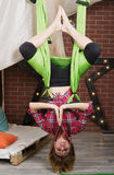 Suspensão da menina de cabeça para baixo em uma rede para a ioga Imagens de Stock