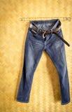 Suspensão das calças de brim e da correia da sarja de Nimes Foto de Stock