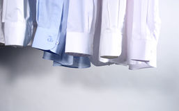Suspensão de cinco camisas Imagens de Stock