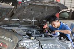 Suspensão de exame do carro do mecânico de automóvel do automóvel levantado foto de stock