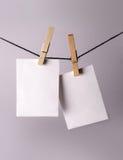 Suspensão de papel da foto antiga nos pinos fotografia de stock royalty free