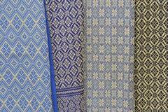 Suspensão de seda tailandesa em uma tenda em um mercado. fotografia de stock royalty free