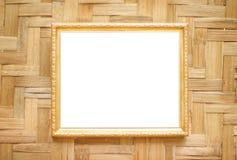 Suspensão decorativa da moldura para retrato de aço do ouro no fundo tecido de madeira da parede fotos de stock royalty free