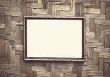 Suspensão decorativa da moldura para retrato preta de aço no fundo tecido de madeira da parede fotografia de stock