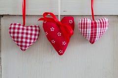 Suspensão decorativa vermelha diferente de três corações. Fotografia de Stock Royalty Free