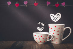 Suspensão e Drawed do coração no fundo e no copo com espaço da cópia mim Imagens de Stock Royalty Free