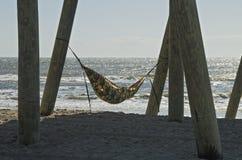 Suspensão para fora na praia fotografia de stock