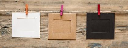 suspensão vazia do quadro da foto no fundo da placa de madeira fotografia de stock