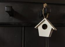 Suspensión blanca minúscula de la casa Imagenes de archivo