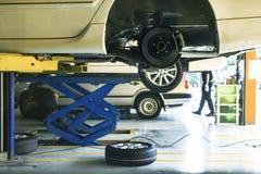 Suspensión de la rueda de coche y mantenimiento del sistema de frenos en el servicio auto imágenes de archivo libres de regalías