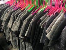 Suspensión de paño en tienda de ropa Fotos de archivo libres de regalías