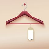 Suspensión de ropa con la etiqueta en la crema Imagenes de archivo