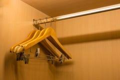 Suspensión de ropa en el guardarropa de madera Fotografía de archivo
