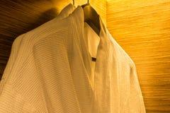 Suspensión de ropa en guardarropa de madera Imagenes de archivo