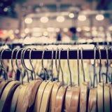 Suspensión de ropa en tienda Foto de archivo libre de regalías