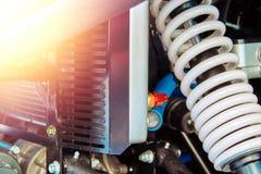 Suspension renforcée d'un plan rapproché de motoneige de sports Ressort blanc d'amortisseur et radiateur de refroidissement de mo Photos libres de droits