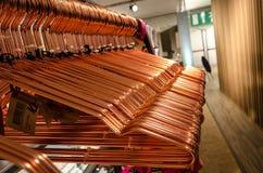 Suspensiones de cobre de la ropa Imágenes de archivo libres de regalías