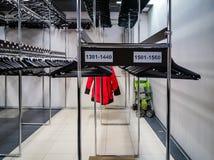 Suspensiones de ropa en vestuario público imagen de archivo
