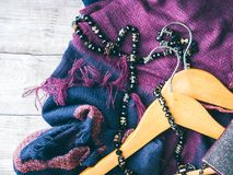 Suspensiones de ropa de madera Accesorios de la mujer del invierno imagenes de archivo
