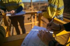 Suspiro do supervisor do mineiro da licen?a da avalia??o de risco de JSA para trabalhar no local antes de executar o trabalho do  imagem de stock