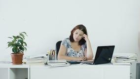 Suspiros cansados da mulher no trabalho vídeos de arquivo