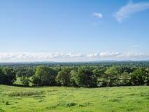 Sussex bygdskott med härliga moln i en blå himmel royaltyfri fotografi