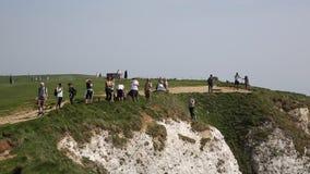 Sussex do leste principal Beachy com povos perigosamente perto da borda e de uma menina finge saltar no ponto notório do suicídio vídeos de arquivo