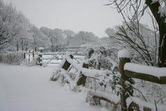Sussex-Landschaft unter einem Bett des Schnees Stockfotografie